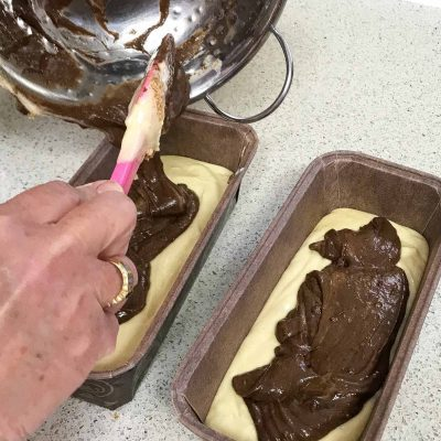 הוספת קישוט העוגה